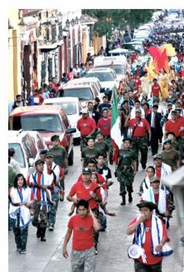 Unos con uniforme militar, otros con camisetas rojo-priistas