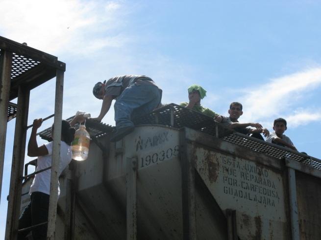 La Cravana de migrantes. Foto de Lucero Mendizabal. http://espaciolibre.weebly.com/la-caravana-de-migrantes-en-imaacutegenes.html
